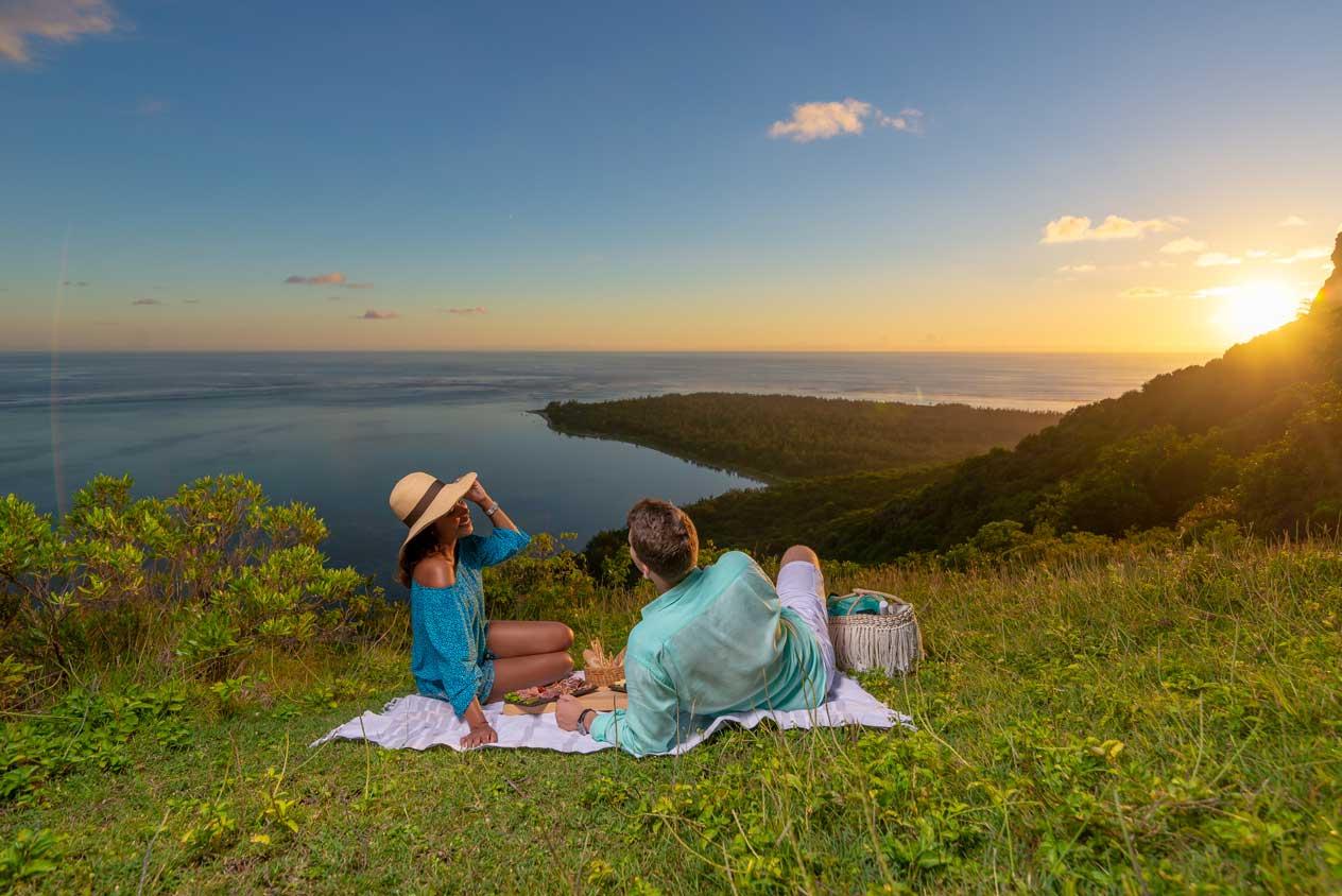 在山间高地观赏海上日落